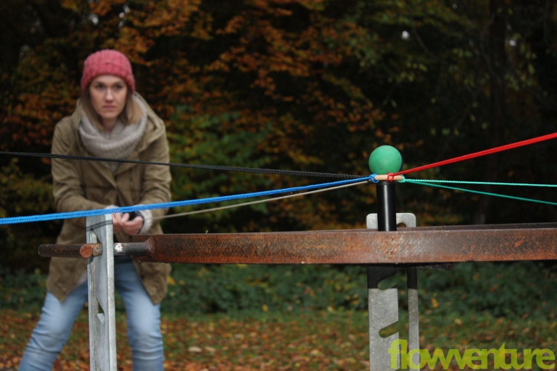 Frau konzentriert bei Balltransport