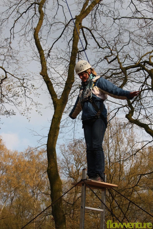 Frau oben auf Leiterpodest