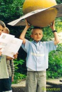 Junge hält Saturn
