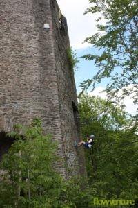 Schüler seilt von Burgmauer ab