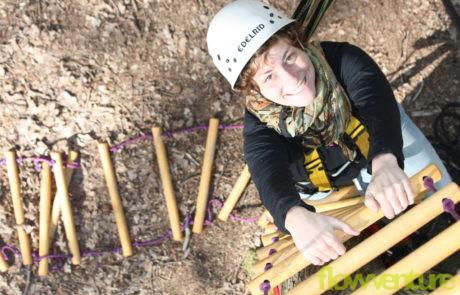 Frau klettert Strickleiter hoch