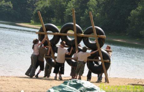 Kinder beim Floßbau