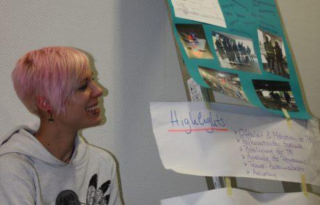Frau präsentiert Praxisprojekt